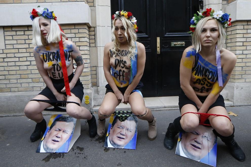 42.FRANCJA, Paryż, 1 grudnia 2013: Aktywistki z FEMEN'u w czasie protestu przeciw Wiktorowi Janukowiczowi. AFP PHOTO / THOMAS SAMSON