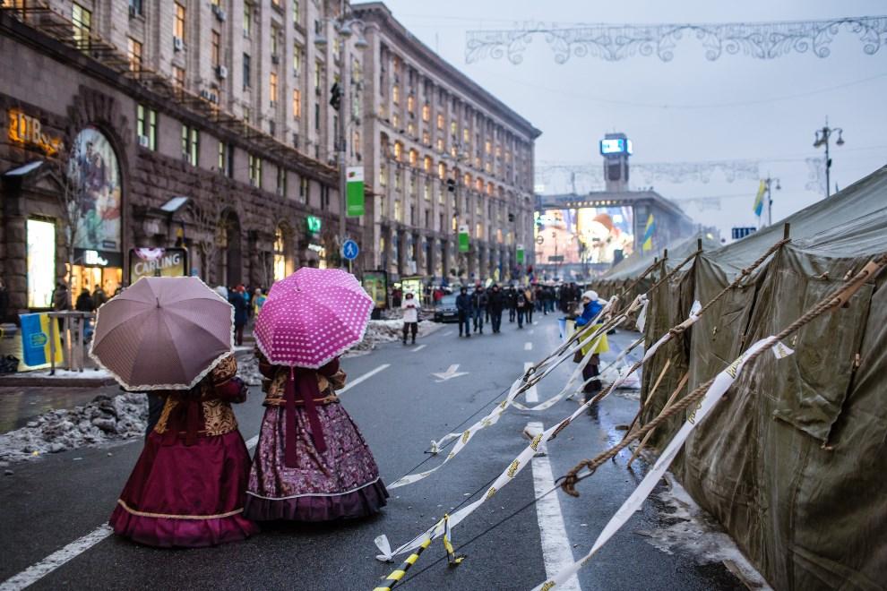 43.UKRAINA, Kijów, 13 grudnia 2013: Kobiety sprzedające cukierki przy Placu Niepodległości. (Foto:  Brendan Hoffman/Getty Images)
