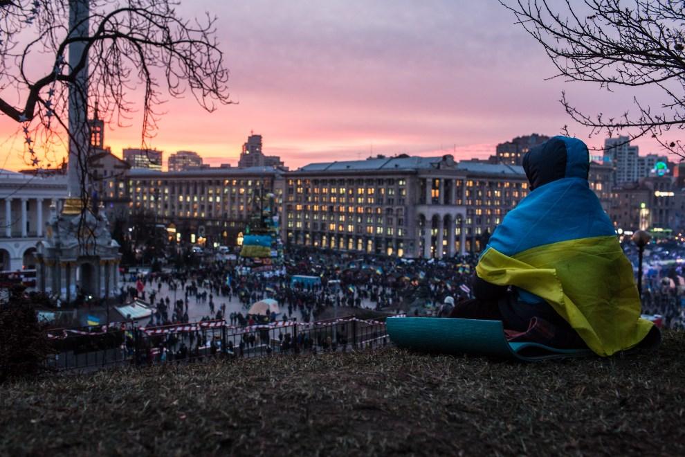 44.UKRAINA, Kijów, 4 grudnia 2013: Uczestniczka/uczestnik protestów przygląda się ludziom zebranym na Placu Niepodległości. (Foto:  Brendan Hoffman/Getty Images)