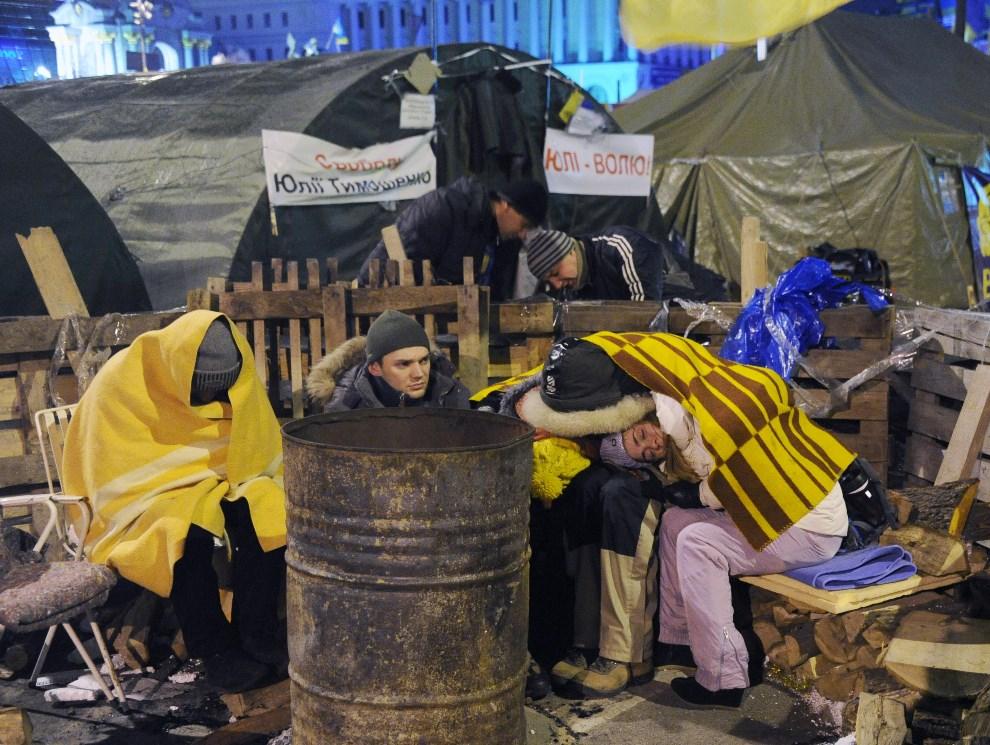 45.UKRAINA, Kijów, 7 grudnia 2013: Ludzie śpiący w obozie na Placu Niepodległości. AFP PHOTO / VIKTOR DRACHEV