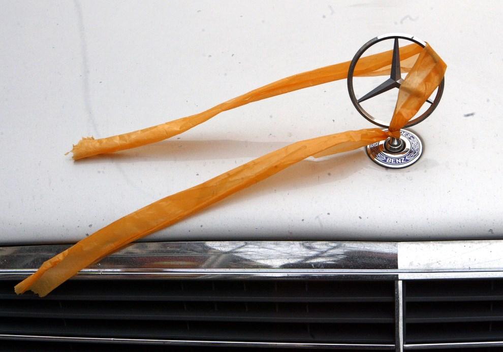 46.UKRAINA, Kijów, 19 listopada 2004: Pomarańczowa wstążka przyczepiona do samochodu jako wyraz poparcia dla Pomarańczowej Rewolucji. AFP PHOTO/ Sergei SUPINSKY