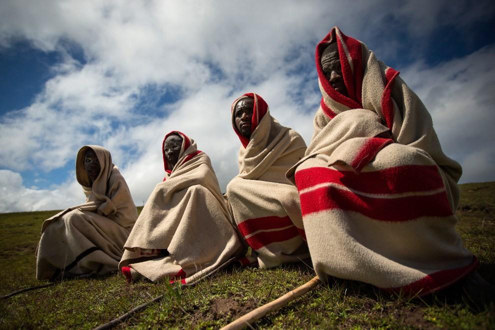 4.RPA, Qunu, 14 grudnia 2013: Grupka mężczyzn czeka na rozpoczęcie uroczystości pogrzebowych nelsona Mandeli. (Foto: Dan Kitwood/Getty Images)