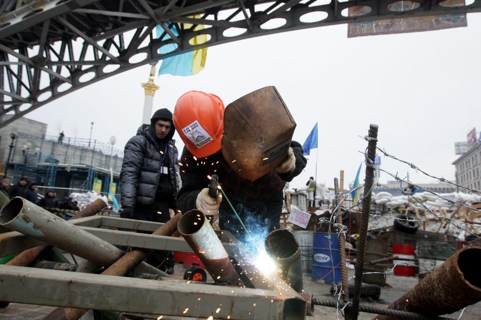 4.UKRAINA, Kijów, 13 grudnia 2013: Wznoszenie barykady na Placu Niepodległości. EPA/ZURAB KURTSIKIDZE Dostawca: PAP/EPA.