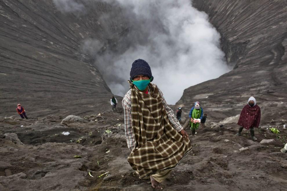 5.INDONEZJA, Jawa, 24 lipca 2013: Ludzie zbierający ofiary wrzucane do krateru wulkanu przez wyznawców hinduizmu. (Foto: Ulet Ifansasti/Getty Images)