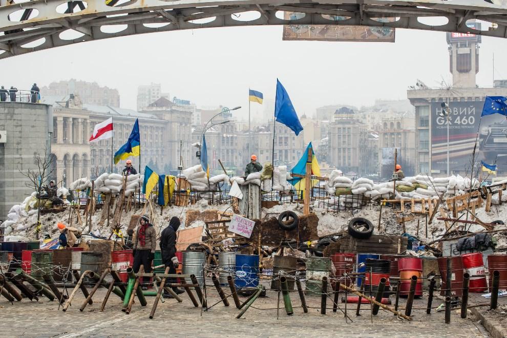 5.UKRAINA, Kijów, 13 grudnia 2013: Protestujący umacniają barykadę na Placu Niepodległości. (Foto:  Brendan Hoffman/Getty Images)
