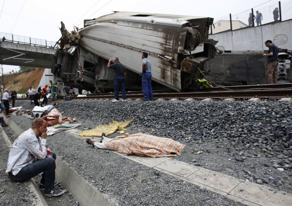 6.HISZPANIA, Santiago de Compostela, 24 lipca 2013: Miejsce wykolejenia się pociągu na przedmieściach Santiago de Compostela. AFP FOTO:  / LA VOZ DE GALICIA / XOAN A. SOLER / MONICA FERREIROS