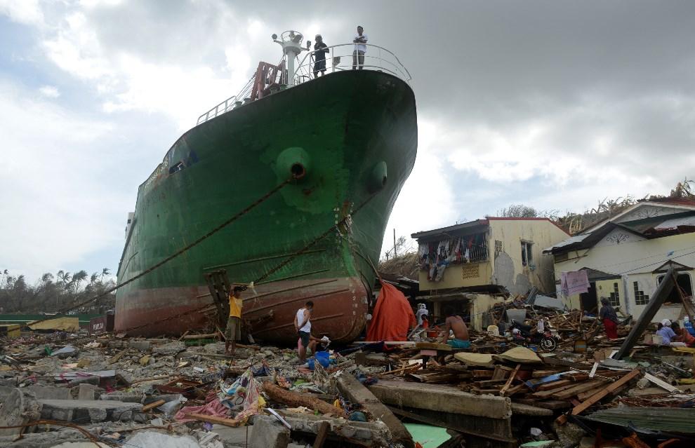 6.FILIPINY, Tacloban, 11 listopada 2013: Statek wyrzucony na brzeg przez tajfun. AFP PHOTO / NOEL CELIS