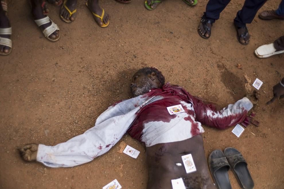 6.REPUBLIKA ŚRODKOWOAFRYKAŃSKA, Bangui, 14 grudnia 2013: Ciało zabitego muzułmanina pozostawione na ulicy. AFP PHOTO / FRED DUFOUR