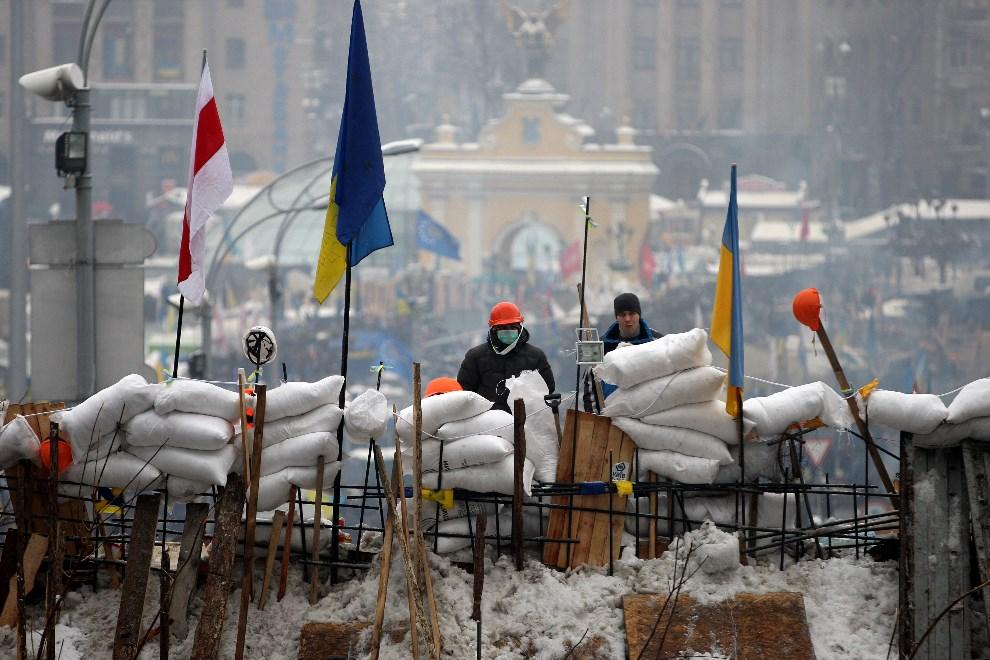 6.UKRAINA, Kijów, 12 grudnia 2013: Mężczyźni na barykadzie w centrum Kijowa. EPA/ZURAB KURTSIKIDZE Dostawca: PAP/EPA.