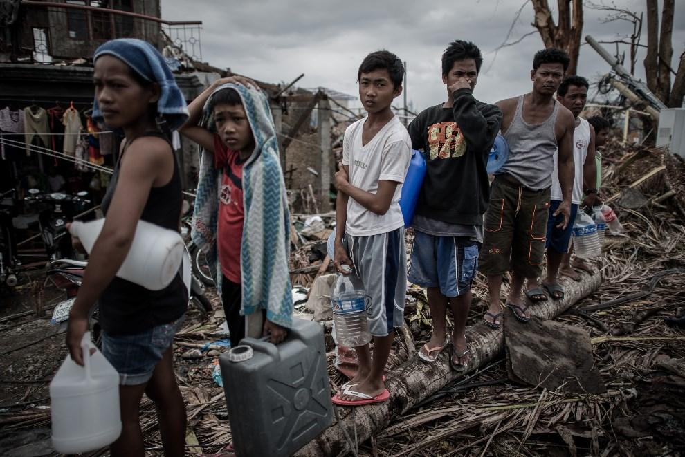 7.FILIPINY, Palo, 17 listopada 2013: Ofiary tajfunu w kolejce po wodę pitną. AFP PHOTO/Philippe Lopez
