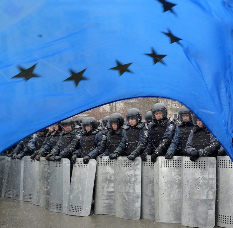 7.UKRAINA, Kijów, 7 grudnia 2013: Flaga Unii Europejskiej powiewająca nad oddziałem milicji. AFP PHOTO / SERGEI SUPINSKY