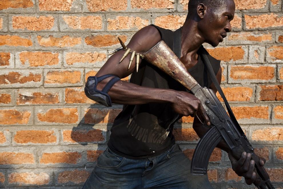 7.REPUBLIKA ŚRODKOWOAFRYKAŃSKA, Bangui, 17 grudnia 2013: Członek chrześcijańskiej jednostki samoobronny podczas treningu. AFP PHOTO / Ivan Lieman