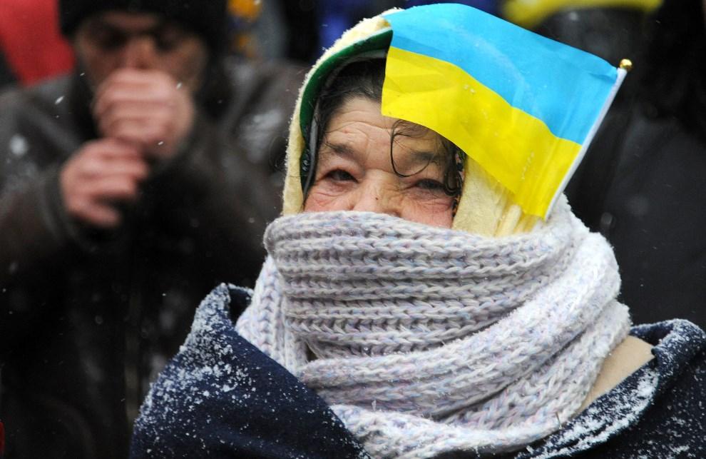 8.UKRAINA, Kijów, 6 grudnia 2013: Kobieta protestująca w centrum miasta. AFP PHOTO / VIKTOR DRACHEV