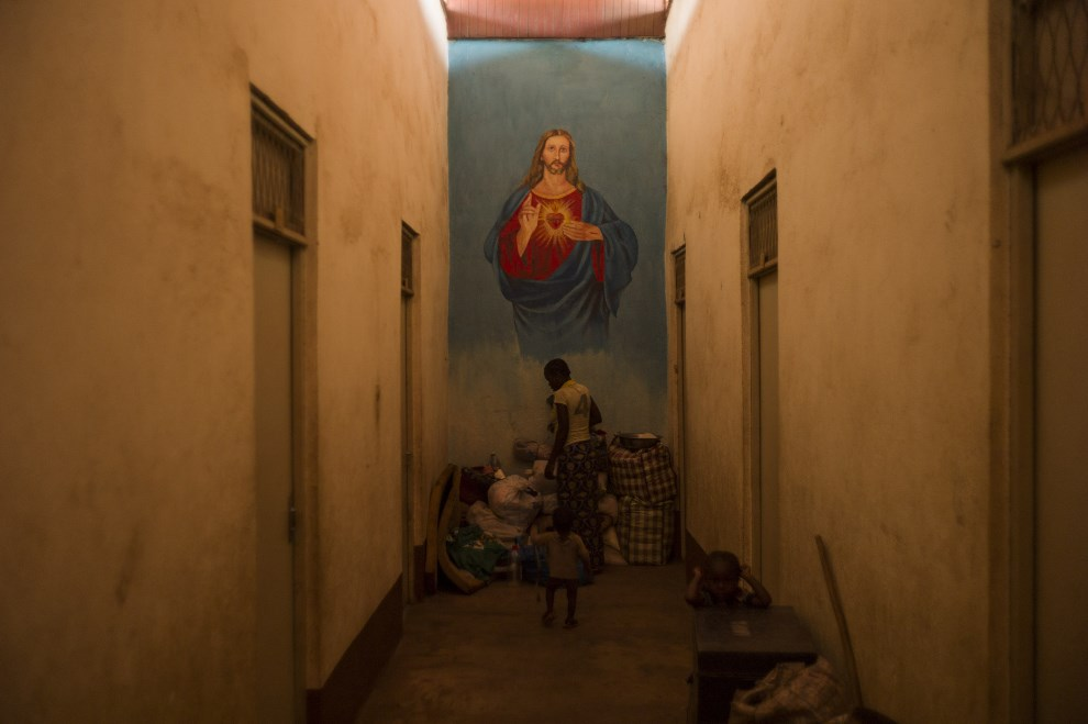 8.REPUBLIKA ŚRODKOWOAFRYKAŃSKA, Bangui, 18 grudnia 2013: Korytarz jednego z budynków chrześcijańskiej misji w Bangui. AFP PHOTO / FRED DUFOUR