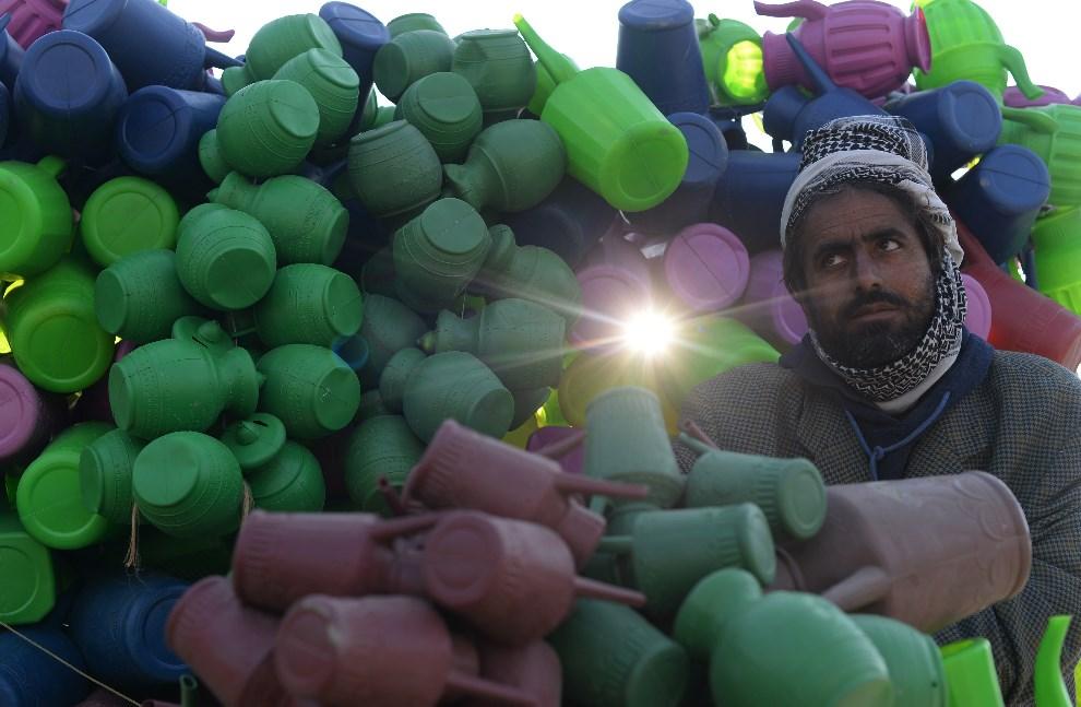 10.AFGANISTAN, Kabul, 14 stycznia 2014: Uliczny sprzedawca konewek. AFP PHOTO/SHAH Marai