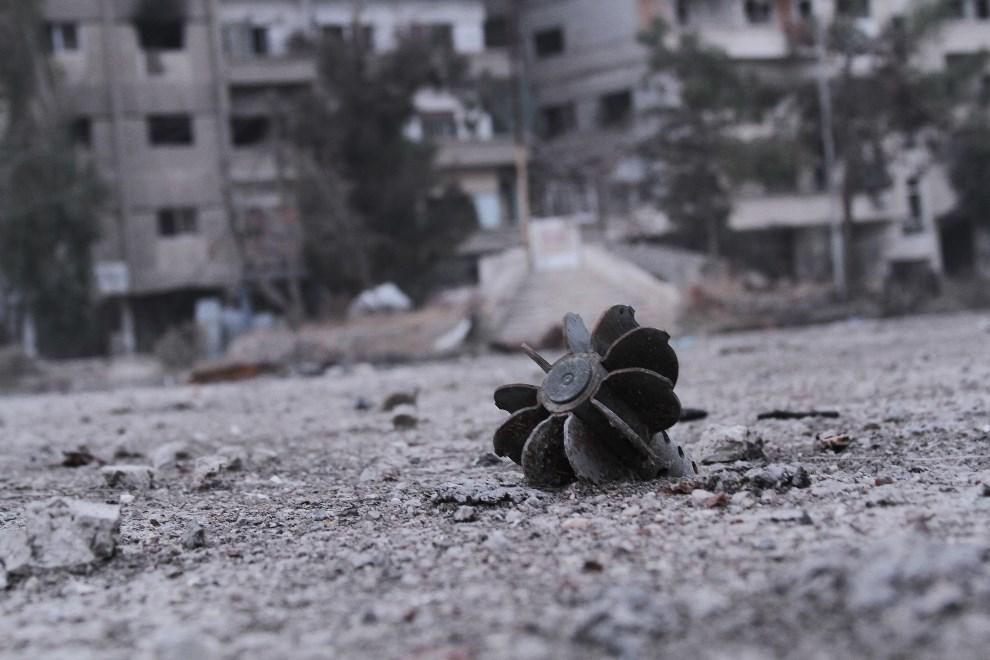 10.SYRIA, Daraya, 17 stycznia 2014: Pozostałości pocisku moździerzowego. AFP PHOTO / FADI DIRANI