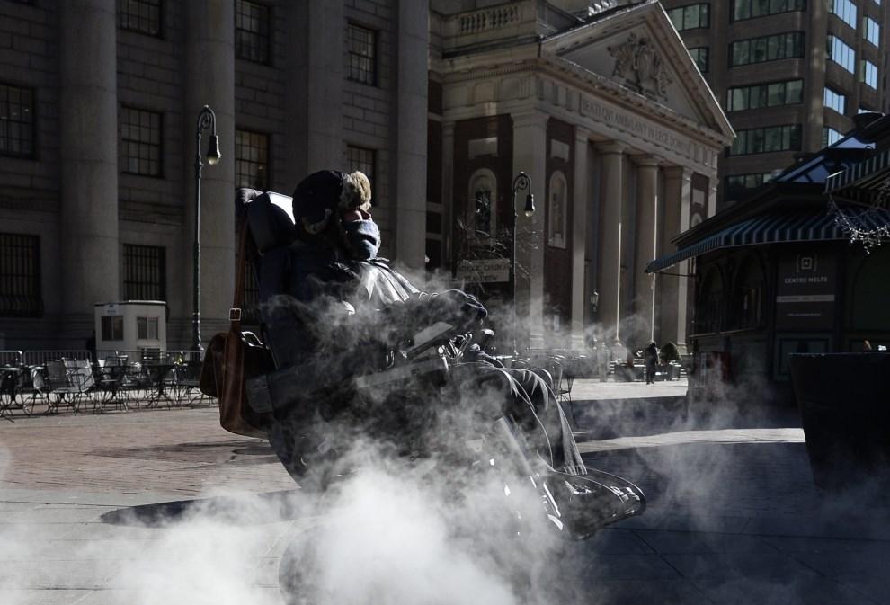 10.USA, Nowy Jork, 7 stycznia 2014: Kobieta na wózku przejeżdża przez ulicę na Manhattanie. EPA/ANDREW GOMBERT Dostawca: PAP/EPA.