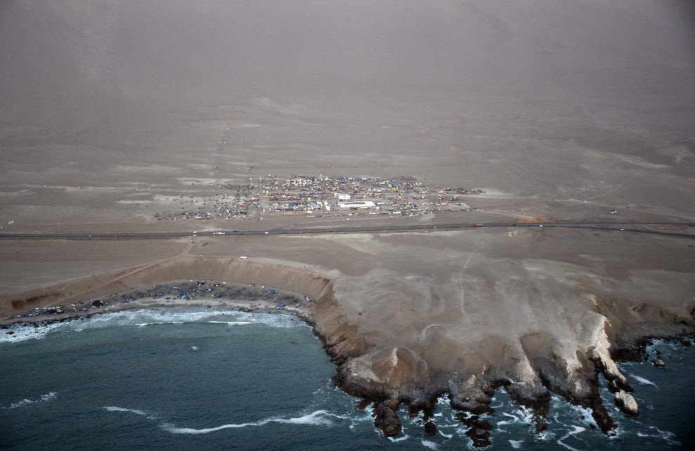11.CHILE, Iquique, 14 stycznia 2014: Widok na strefę serwisową dla uczestników rajdu. AFP PHOTO / FRANCK FIFE