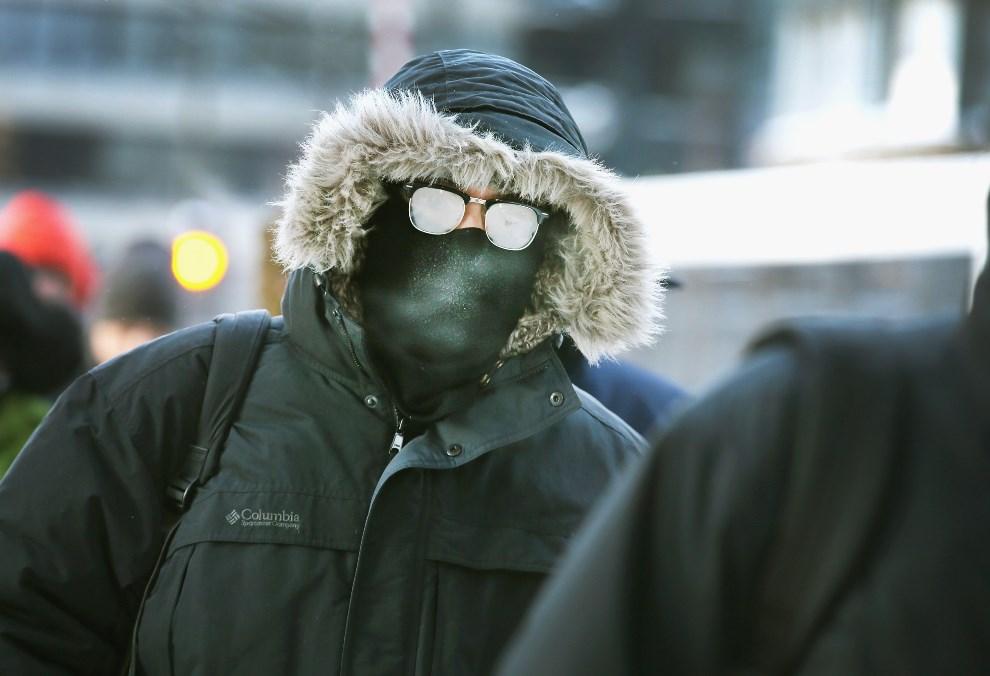 11.USA, Chicago, 6 stycznia 2014: Mężczyzna w drodze do pracy. (Foto: Scott Olson/Getty Images)