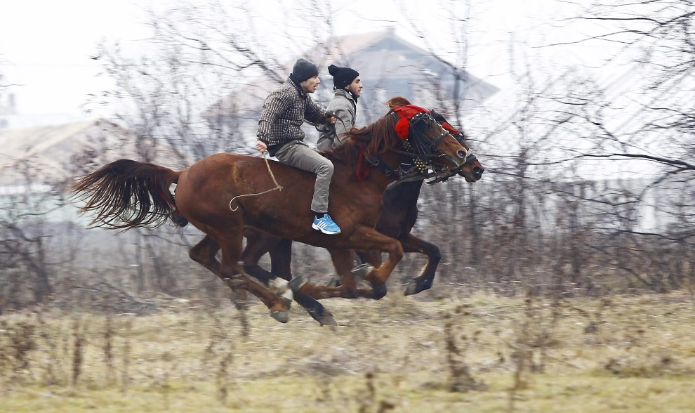 12.RUMUNIA, Pietrosani, 6 stycznia 2014: Jeźdźcy przybywają na tradycyjne święcenie koni, w miejscowości Pietrosani. EPA/ROBERT GHEMENT Dostawca: PAP/EPA.