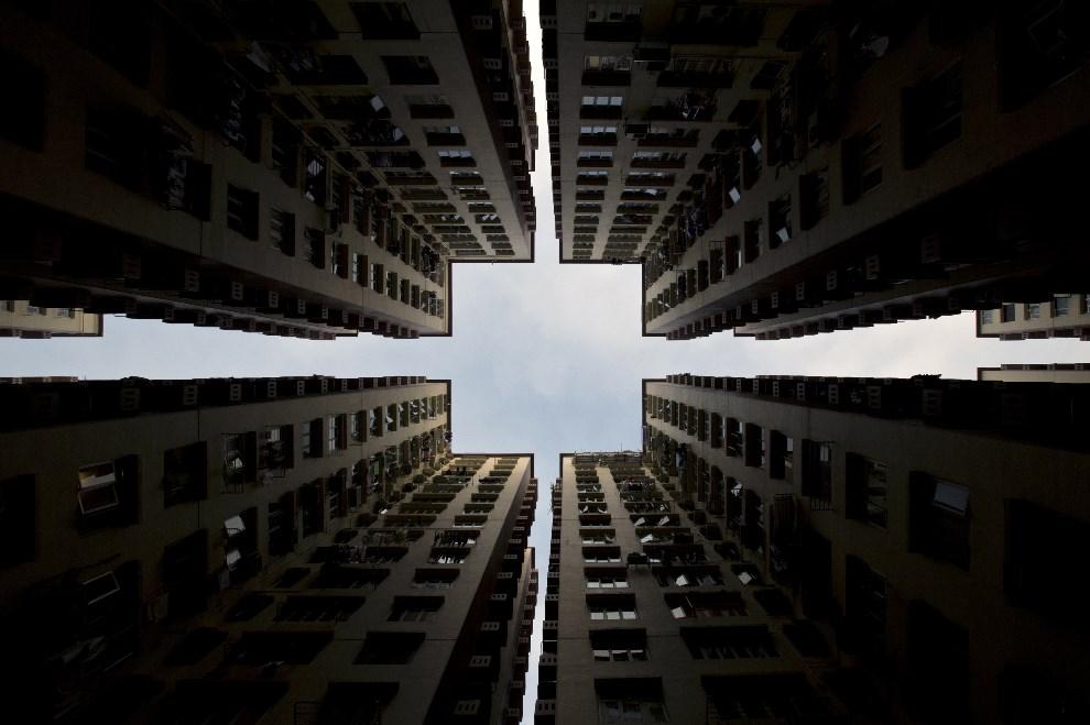 12.CHINY, Hong Kong, 2 stycznia 2014: Apartamentowiec w centrum Hong Kongu. AFP PHOTO / ALEX OGLE
