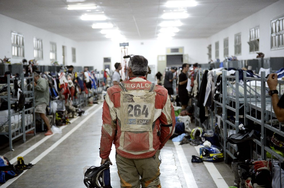12.ARGENTYNA, Chilecito, 8 stycznia 2014: Kierowcy w sali noclegowej. AFP PHOTO / FRANCK FIFE