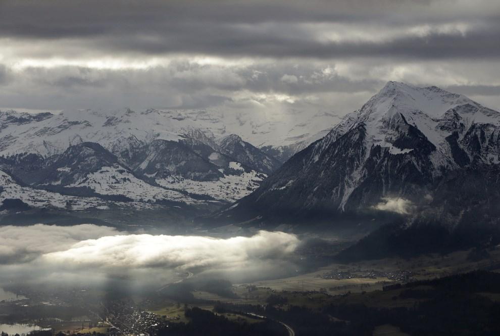 12.Przestrzeń powietrzna, 23 stycznia 2014: Szwajcarskie Alpy widziane z pokładu śmigłowca w pobliżu Davos. AFP PHOTO/POOL/GARY CAMERON