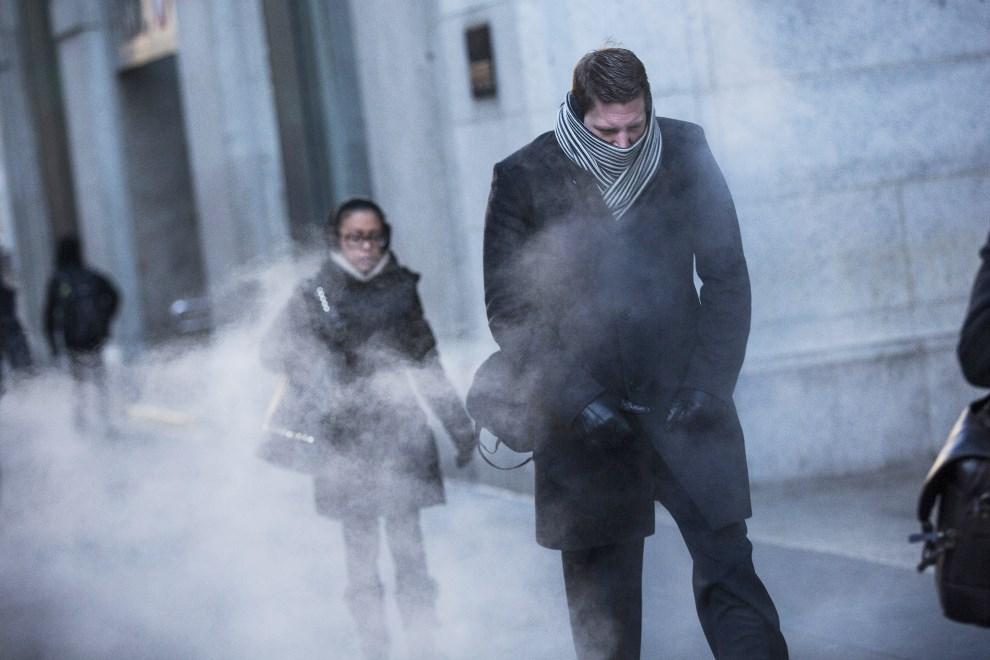 12.USA, Nowy Jork, 7 stycznia 2014: Przechodnie na ulicy w Nowym Jorku. (Foto: Andrew Burton/Getty Images)