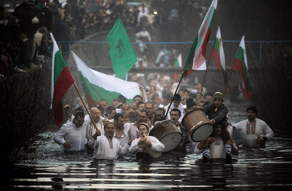 13.BUŁGARIA, Kalofer, 6 stycznia 2014: Mężczyźni podczas tradycyjnego tańca 'Horo'. EPA/VASSIL DONEV Dostawca: PAP/EPA.