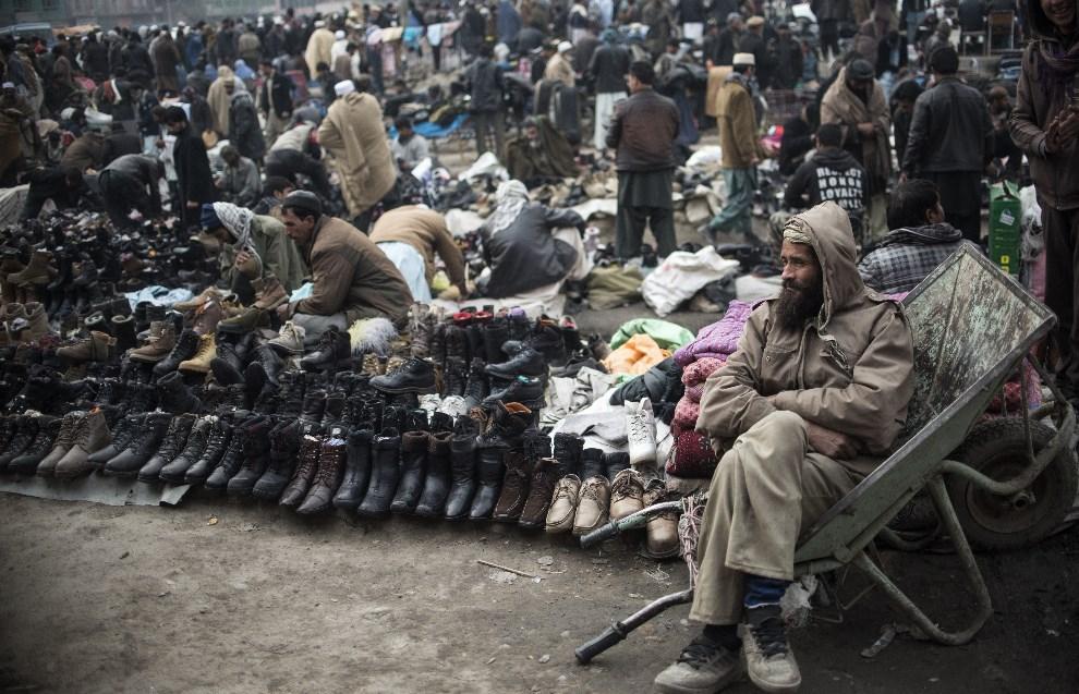 13.AFGANISTAN, Kabul, 23 stycznia 2014: Uliczny sprzedawca przy swoim straganie. AFP PHOTO/JOHANNES EISELE