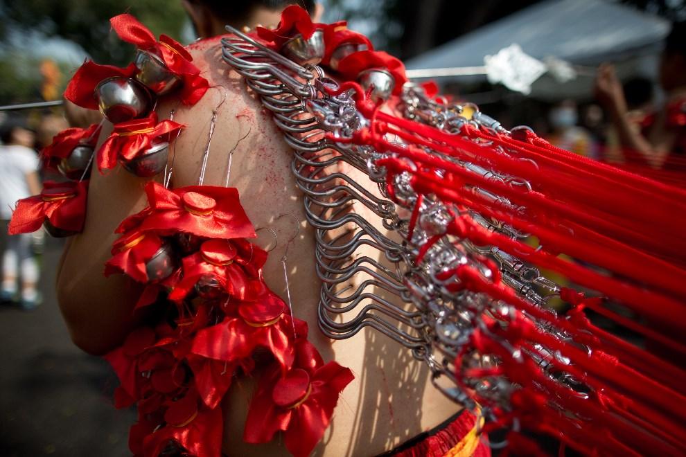 13.MALEZEJA, Georgetown, 17 stycznia 2014: Wyznawca Hinduizmu w procesji pokutnej zmierzającej do świątyni Hill Top Murugan. AFP PHOTO / MOHD RASFAN