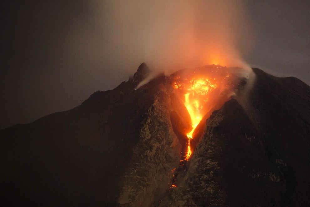 14.INDONEZJA, Jeaya, 5 stycznia 2014: Lawa wydobywa się z krateru wulkany Sinabung. (Foto: Ulet Ifansasti/Getty Images)