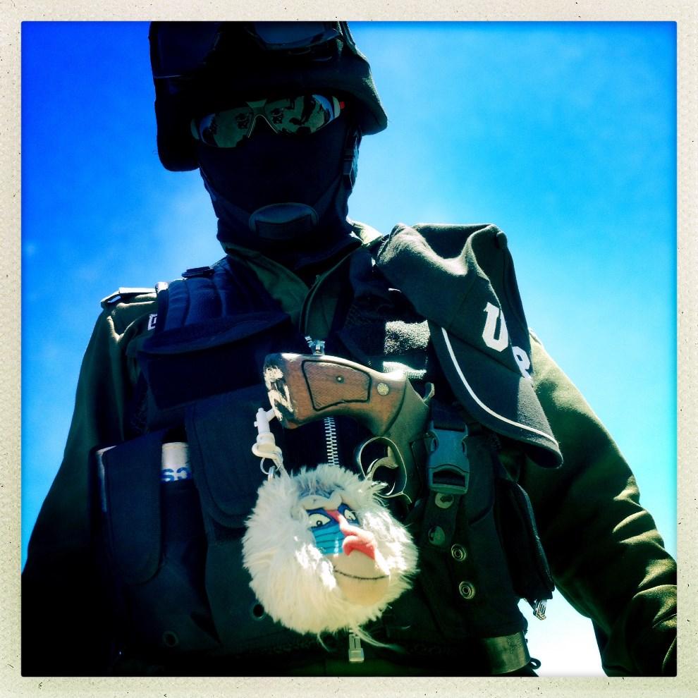 14.BOLIVIA, Uyuni, 11 stycznia 2014: Policjnat na lotnisku w Uyuni. AFP PHOTO / FRANCK FIFE