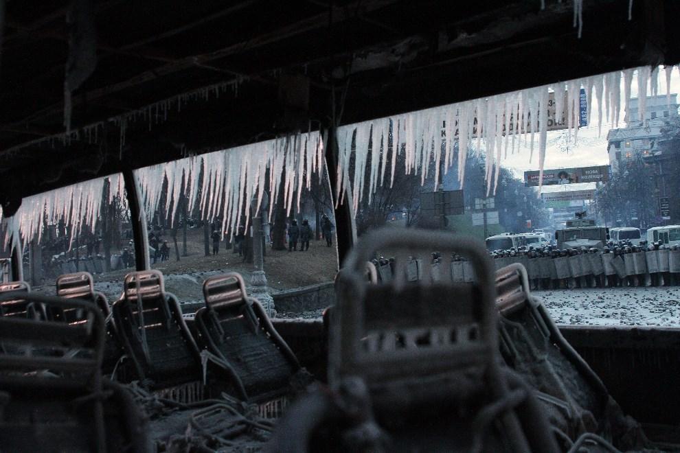 14.UKRAINA, Kijów, 20 stycznia 2014: Wnętrze spalonego autobusu. AFP PHOTO/ ANATOLII BOIKO
