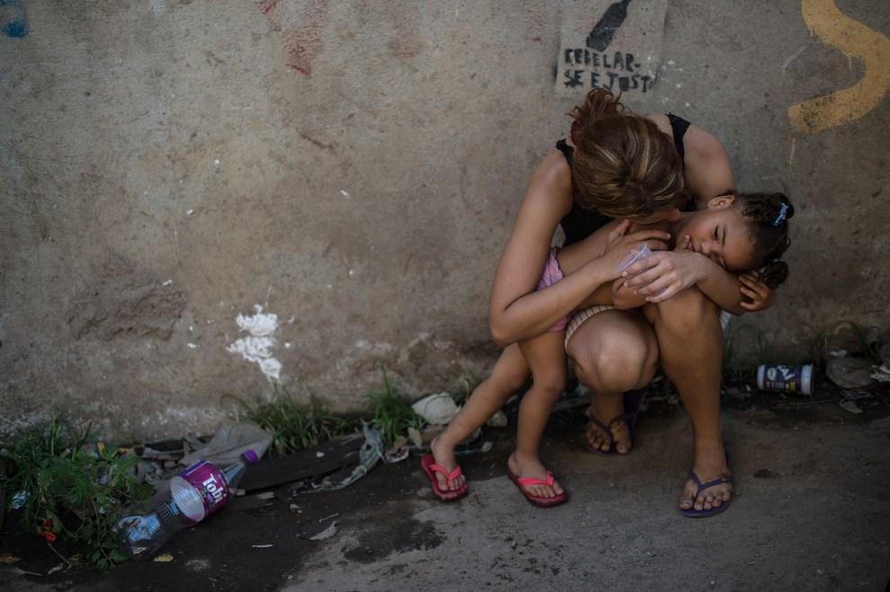 14.BRAZYLIA, Resende, 8 stycznia 2014: Mieszkanki faweli znajdującej się pobliżu stadionu Maracana. AFP PHOTO / YASUYOSHI CHIBA