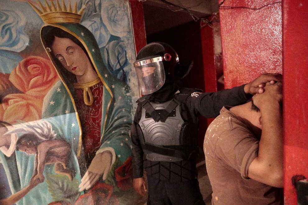 14.MEKSYK, Acapulco, 11 stycznia 2014: Przeszukanie celi w więzieniu Guerrero State. TS/AFP PHOTO/Pedro Pardo