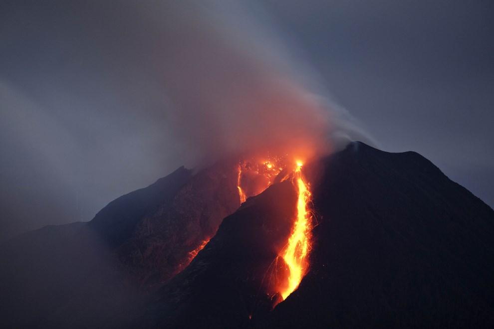 15.INDONEZJA, Simpang Empat, 5 stycznia 2014: Lawa na stoku wulkanu Sinabung. (Foto: Ulet Ifansasti/Getty Images)