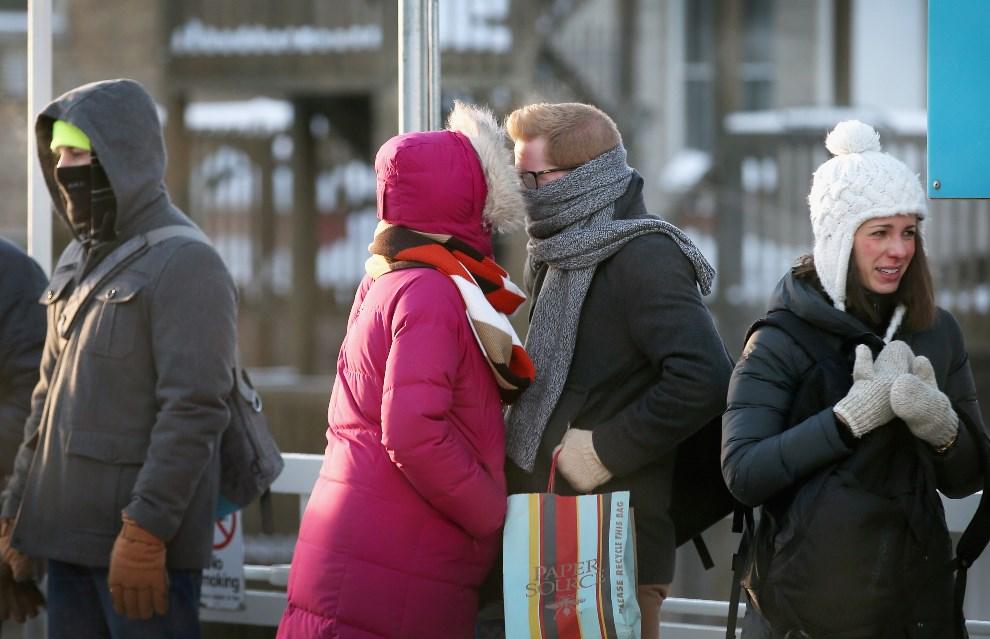 14.USA, Chicago, 7 stycznia 2014: Pasażerowie oczekujący na przyjazd kolejki miejskiej. (Foto: Scott Olson/Getty Images)
