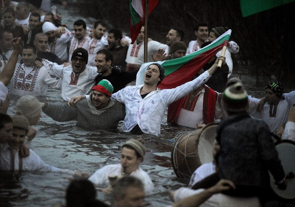 15.BUŁGARIA, Kalofer, 6 stycznia 2014: Mężczyźni podczas tradycyjnego tańca 'Horo'. EPA/VASSIL DONEV Dostawca: PAP/EPA.