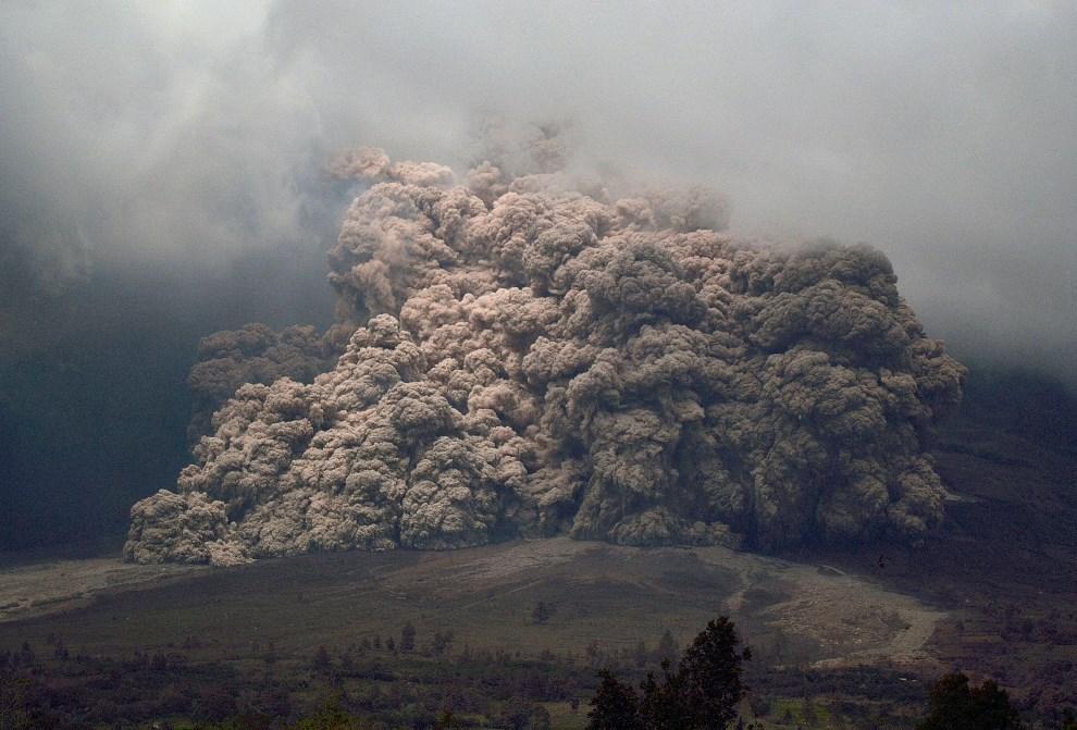 16.INDONEZJA, Karo, 7 stycznia 2014: Chmura pyłu wulkanicznego na zboczach wulkany Sinabung. AFP PHOTO / SUTANTA ADITYA