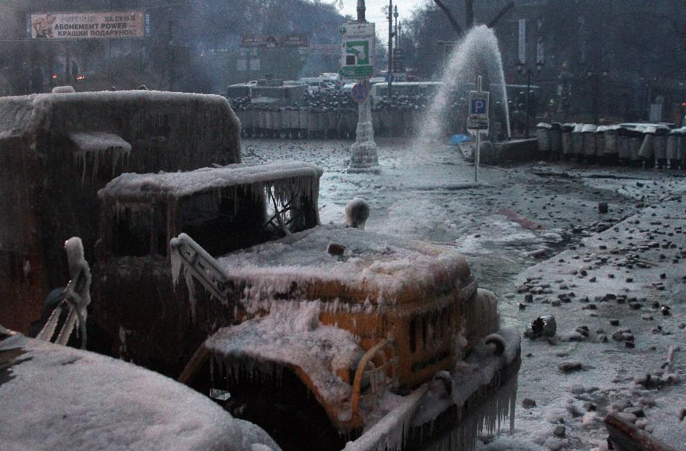 15.UKRAINA, Kijów, 20 stycznia 2014: Plac w centrum miasta po nocnych walkach. AFP PHOTO/ ANATOLII BOIKO