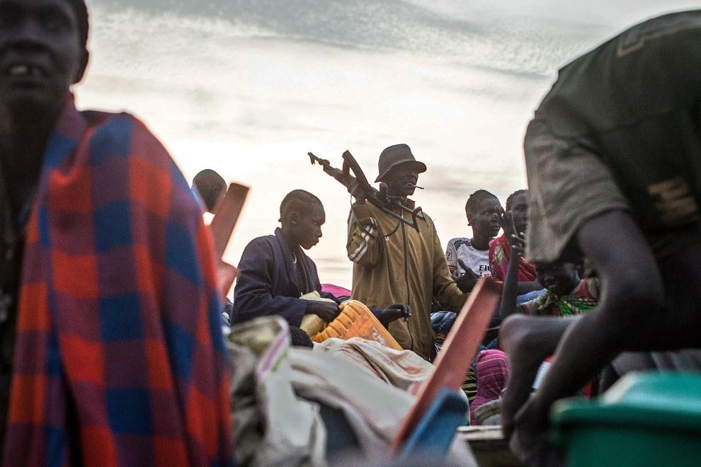 15.SUDAN POŁUDNIOWY, Minkammen, 9 stycznia 2014: Ludzie z ogarniętej walkami części kraju przybywają do obozu dla uchodźców. AFP PHOTO/Nichole SOBECKI