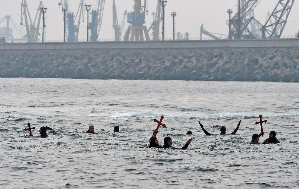 16.RUMUNIA, Constanta, 6 stycznia 2014: Mężczyźni w trakcie kąpieli w Morzu Czarnym. AFP PHOTO / DANIEL MIHAILESCU