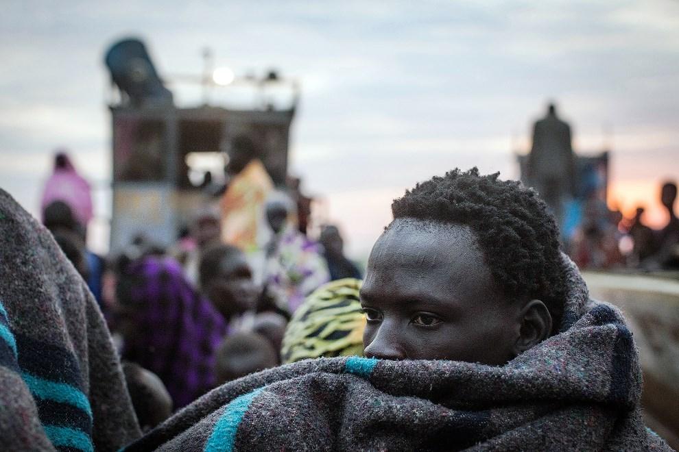 16.SUDAN POŁUDNIOWY, Minkammen, 9 stycznia 2014: Mężczyzna chroniący się w obozie dla uchodźców. AFP PHOTO/Nichole SOBECKI