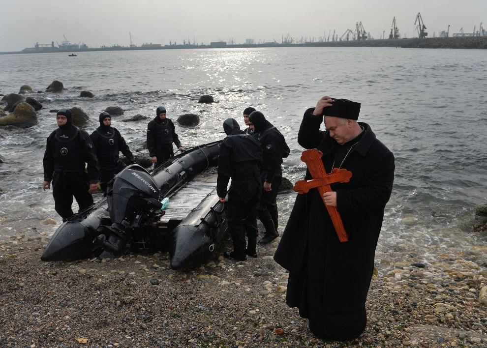 17.RUMUNIA, Constanta, 6 stycznia 2014: Kapłan Kościoła Ortodoksyjnego nad brzegiem Morza Czarnego. AFP PHOTO / DANIEL MIHAILESCU