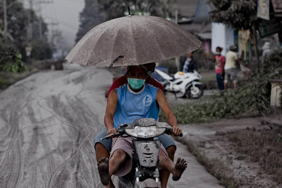 17.INDONEZJA, Tiga Pancur, 4 stycznia 2014: Mieszkańcy okolicy zagrożonej przez erupcję wulkanu. (Foto: Ulet Ifansasti/Getty Images)