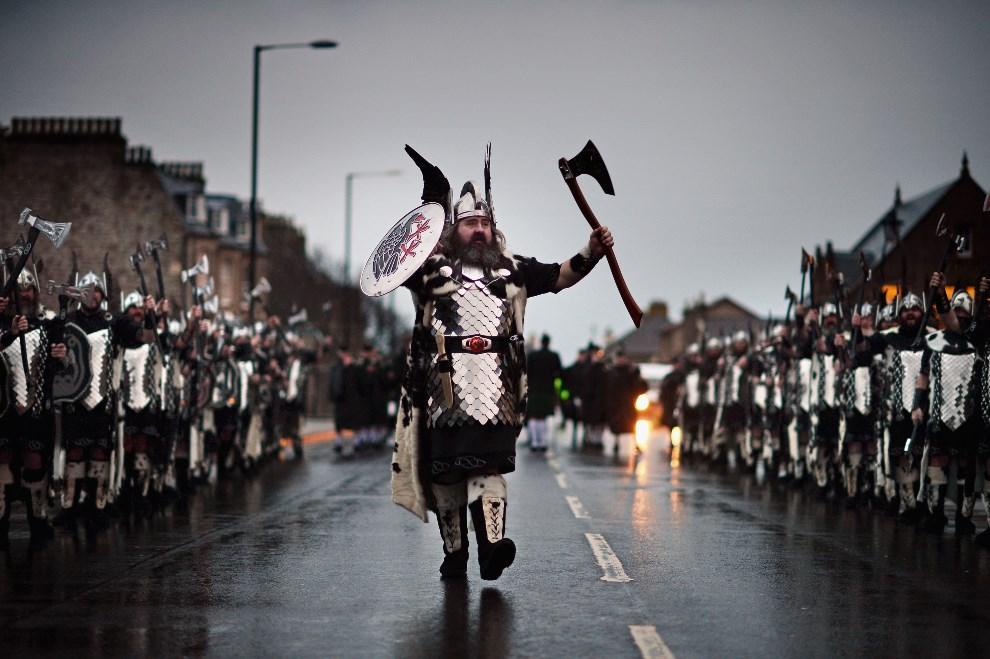 16.WIELKA BRYTANIA, Lerwick, 28 stycznia 2014: Ivor Cluness prowadzi paradę. (Foto: Jeff J Mitchell/Getty Images)