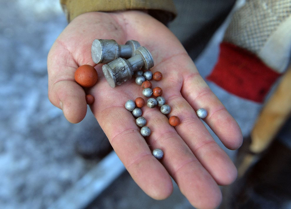 17.UKRAINA, Kijów, 20 stycznia 2014: Protestujący pokazuje amunicję wystrzeliwaną przez milicję. AFP PHOTO/ SERGEI SUPINSKY