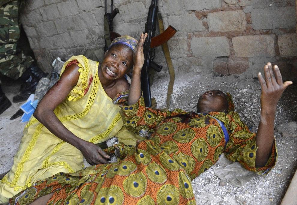 17.REPUBLIKA ŚRODKOWOAFRYKAŃSKA, Bangui, 5 stycznia 2014: Kobiety ranione przez odłamki granatu zdetonowanego na lokalnym targu. AFP PHOTO/MIGUEL MEDINA