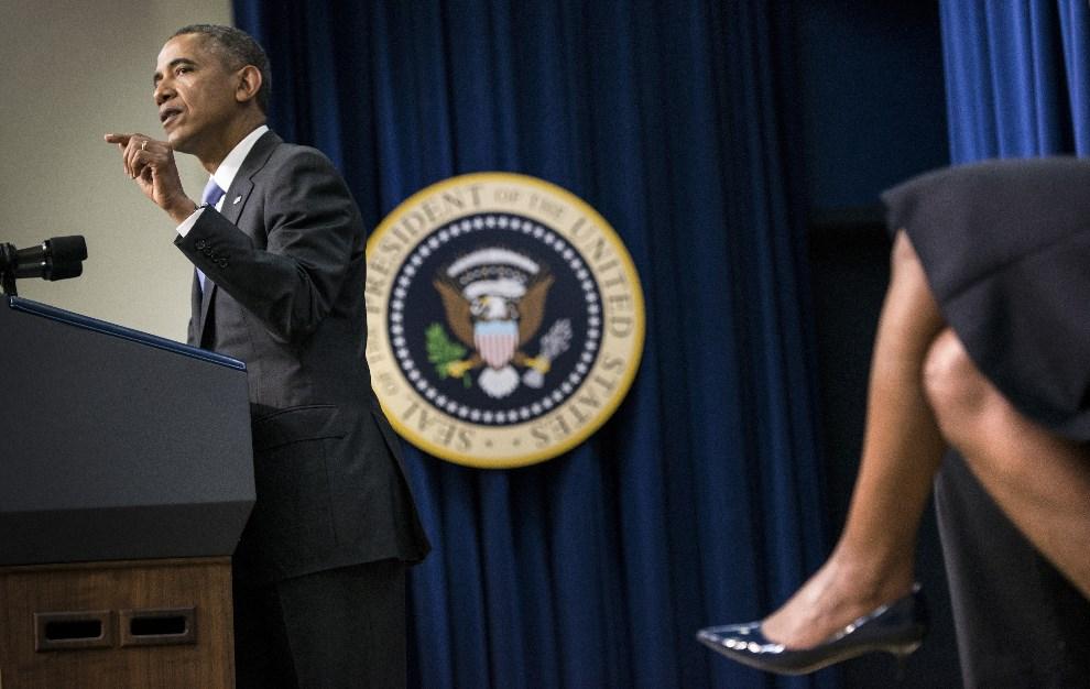 17.USA, Waszyngton, 16 stycznia 2014: Michelle Obama przysłuchuje się wystąpieniu swojego męża. AFP PHOTO/Brendan SMIALOWSKI